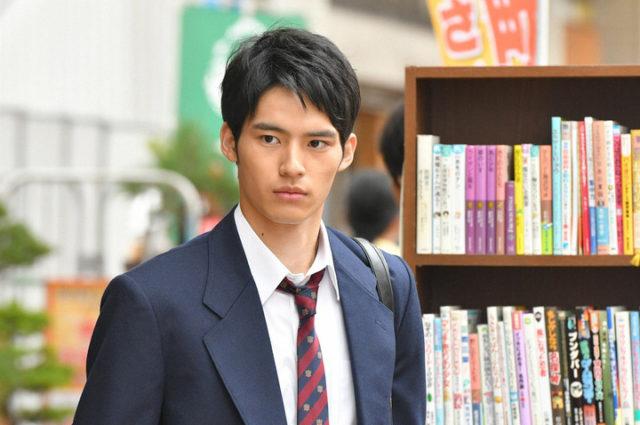 岡田健史の筋肉がヤバい!?趣味は筋トレのイケメン俳優に注目!