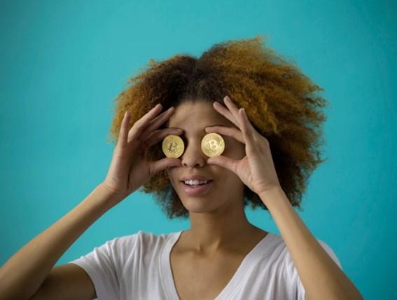 女性がコインを持っている写真